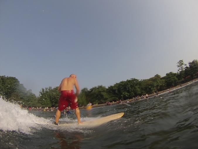 aprendiendo a surfear en Batu Karas