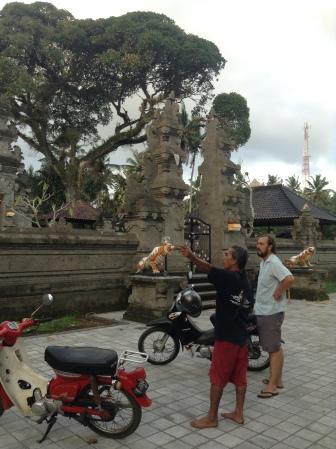 Wayan explicando sus templos