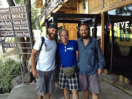 Wolfgang frente a su centro de buceo, Divers Paradise Komodo